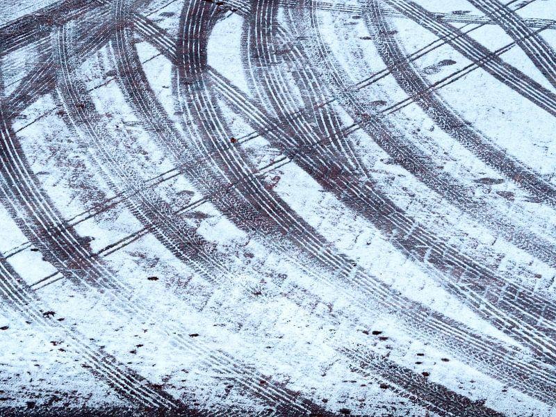 Mikado van sporen in de sneeuw van Norbert Aronds