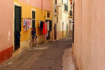 Rue pittoresque, Italie du Sud sur Inge Hogenbijl