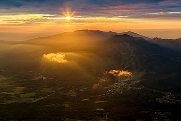 Zonsondergang in het land van de rijzende zon van Hidde Hageman