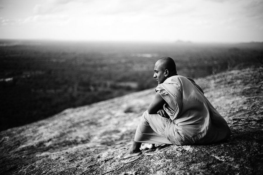Boeddhistische Monnik, uitzicht Pidurangala-rots, Sigiriya, Sri Lanka van Roel Janssen