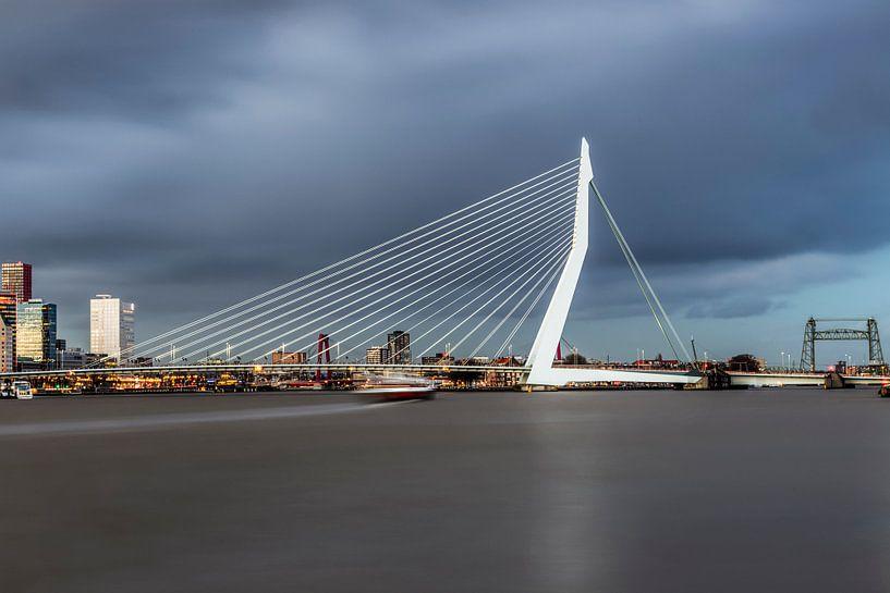 La belle et impressionnante ligne d'horizon de Rotterdam sur Miranda van Hulst
