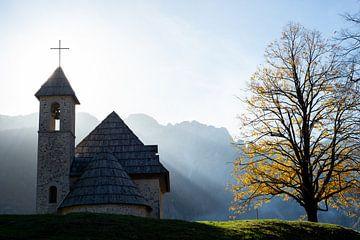 Jolie petite église dans les montagnes sur Ellis Peeters