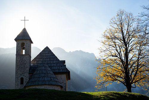 Schattig kerkje in de bergen