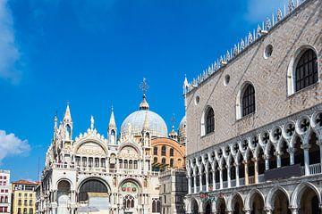 Gezicht op het Dogenpaleis en de Marcuskerk in Venetië, Italië van Rico Ködder