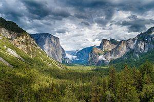 Dreigende wolken boven Yosemite National Park van