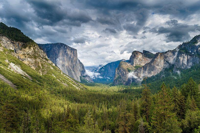 Threatening clouds above Yosemite National Park sur Frank Lenaerts