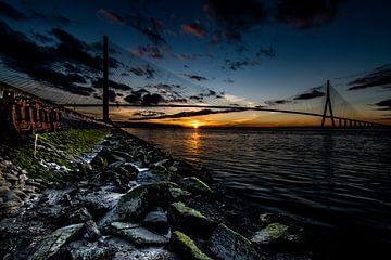 Brücke der Normandie mit stimmungsvollem Sonnenuntergang von Jan Hermsen