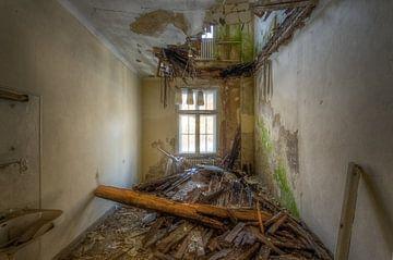 Die Lampe ist immer noch da – verfallener Raum von Roman Robroek