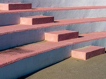 Eine Betontreppe mit rosa Stufen von Luc de Zeeuw