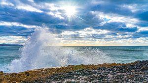 Water breekt op de rotsen in Ericeira, Portugal van Jessica Lokker