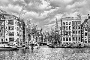 De Groenburgwal vanaf de Amstel in Amsterdam.