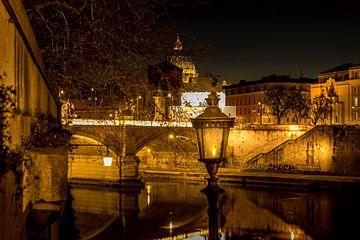 Doorkijkje over een brug naar de Sint-Pieterbasiliek in Rome van Lizanne van Spanje
