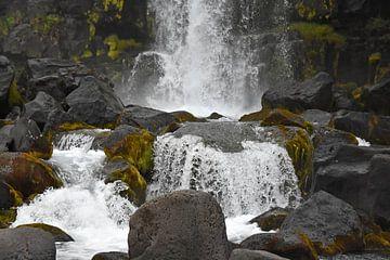 Scherp foto van een kleine waterval in Thingvellir NP, Island van Jutta Klassen