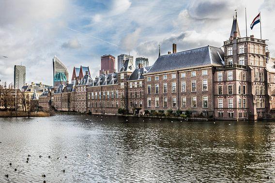 Skyline van wolkenkrabbers en overzichtsfoto van Den Haag met de Hofvijver, Mauritshuis en de 2e kam van Original Mostert Photography