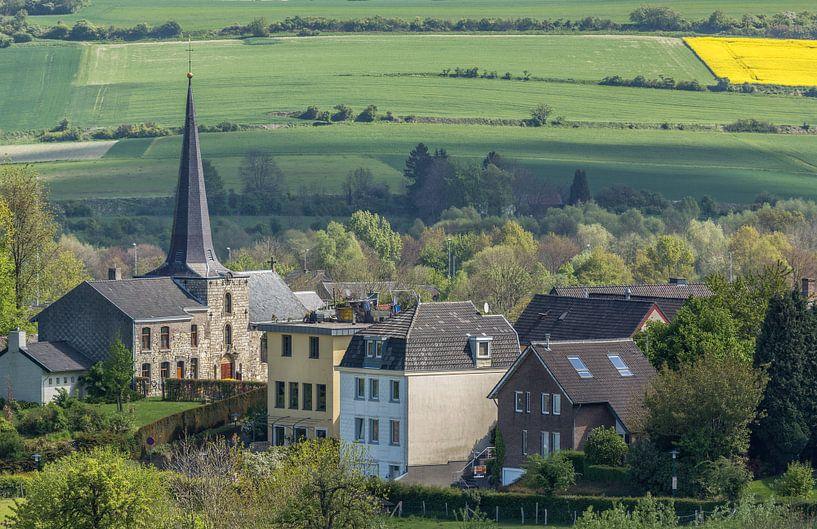 Uitzicht op de kerk van Holset in Zuid-Limburg van John Kreukniet