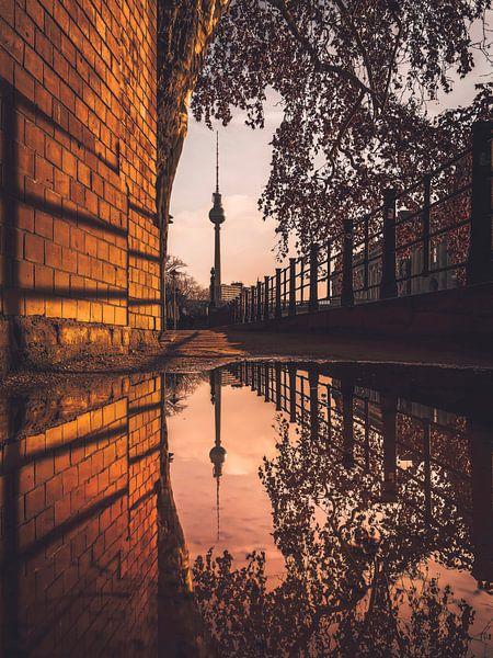 TV Tower reflection van Iman Azizi
