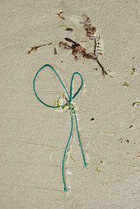 stilleven van zand, wier en plastic