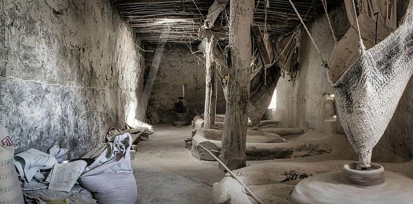 Oude graanmolen op waterkracht in Tibet van Rietje Bulthuis