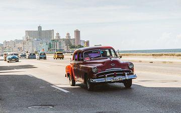 Alter Oldtimer auf dem Boulevard Malecón in Havanna, Kuba von Glenn Westenberg