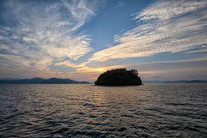 Prachtige zonsondergang op de Andaman zee, Phangnga-Provincie, Thailand