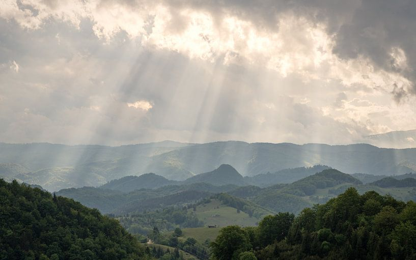 Zonnestralen op bergenlandschap. van Lorena Cirstea