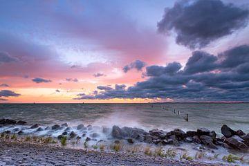 Stormachtig IJsselmeer na zonsondergang van