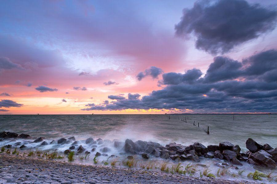 Stormachtig IJsselmeer na zonsondergang