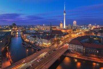 De skyline van Berlijn op het blauwe uur van Jean Claude Castor