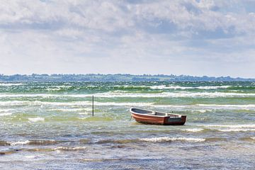 Ruderboot in den Wellen von Matthias Nolde