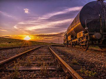 Trein spoor bij zonsopgang van Mario Calma