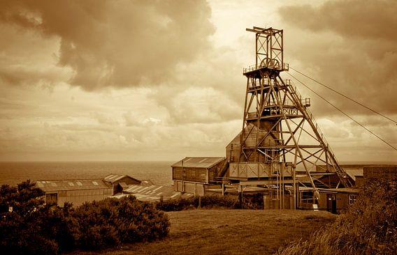 Verlaten mijnbouw stadje aan zee in Cornwall, Engeland