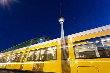 Berlijnse televisietoren met tram van Frank Herrmann