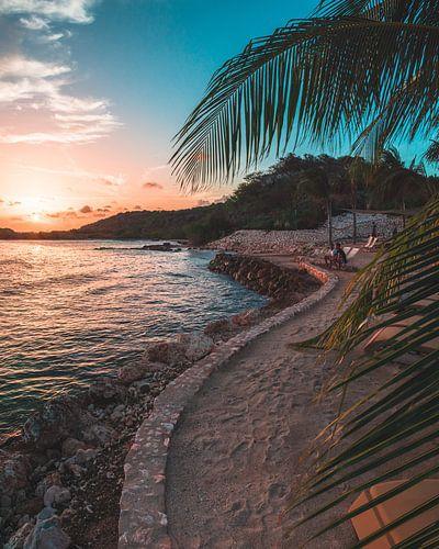 Gecurvde strand op Curaçao van