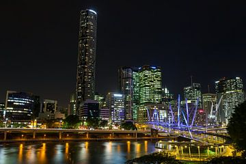 Brisbane  skyline met de Kurilpa brug van Marcel van den Bos