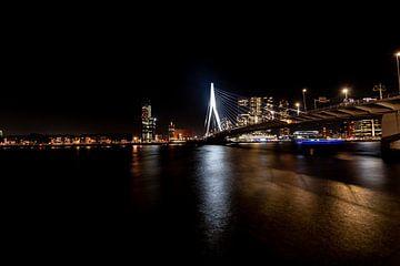 Erasmusbrug Rotterdam bij Nacht een vergezicht.