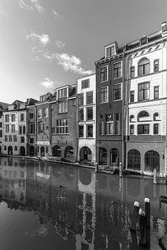 Grachtenpanden aan de Oudegracht in de winter in zwart-wit van De Utrechtse Grachten