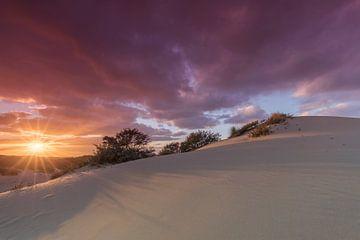 Beau ciel coucher de soleil au coucher du soleil dans les dunes de La Haye sur Rob Kints