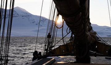 Ondergaande zon op zeilboot van Marieke Funke