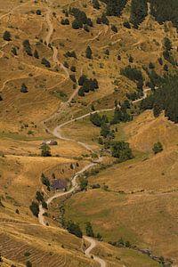 Een weg loopt door een dal in de Pyreneeën van