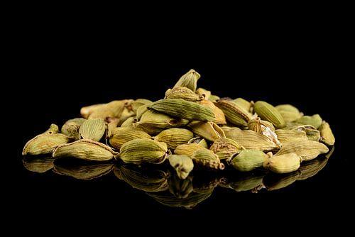 Kademom Zaaddozen en zaden op een zwarte achtergrond