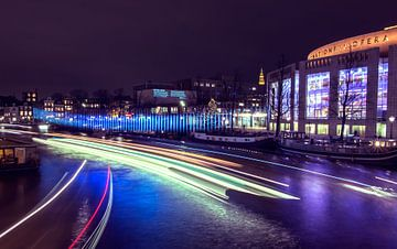 Amsterdam Light Festival bij nacht met het gebouw van de nationale opera van Esther van Lottum-Heringa