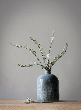 Vase mit Blüte von Karin Bazuin