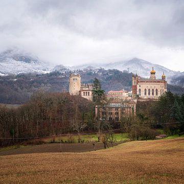 Burg zwischen den italienischen Bergen. von Roman Robroek