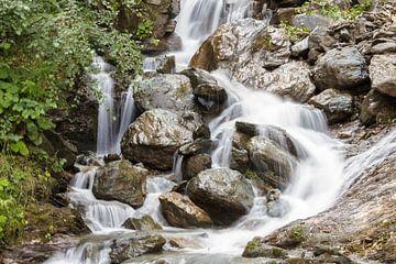Een waterval te Oostenrijk. van