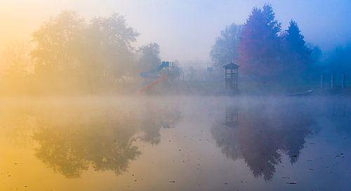 Ochtendmist boven verlaten recreatieplas in Bosnië