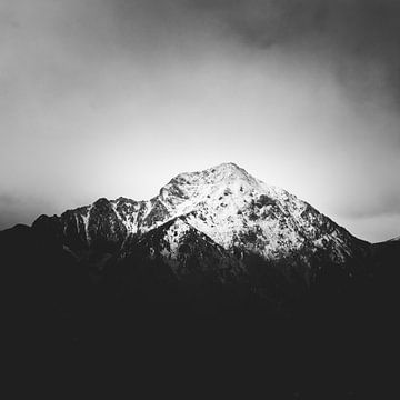 Schwarz-weißer schneebedeckter Berg von Patrik Lovrin