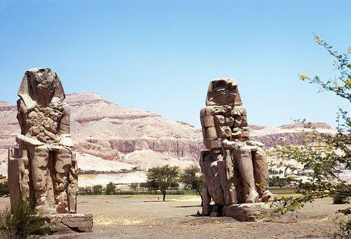 De kolossen van Memnon langs de Nijl bij Luxor