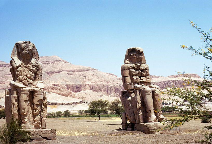 De kolossen van Memnon langs de Nijl bij Luxor van Herbelicht Fotografie