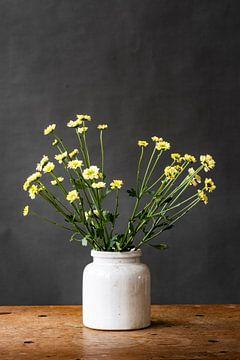 Fotodruck | Gelbe Blumen in Vase | Botanisch | Modernes Stillleben | Frühling von Jenneke Boeijink
