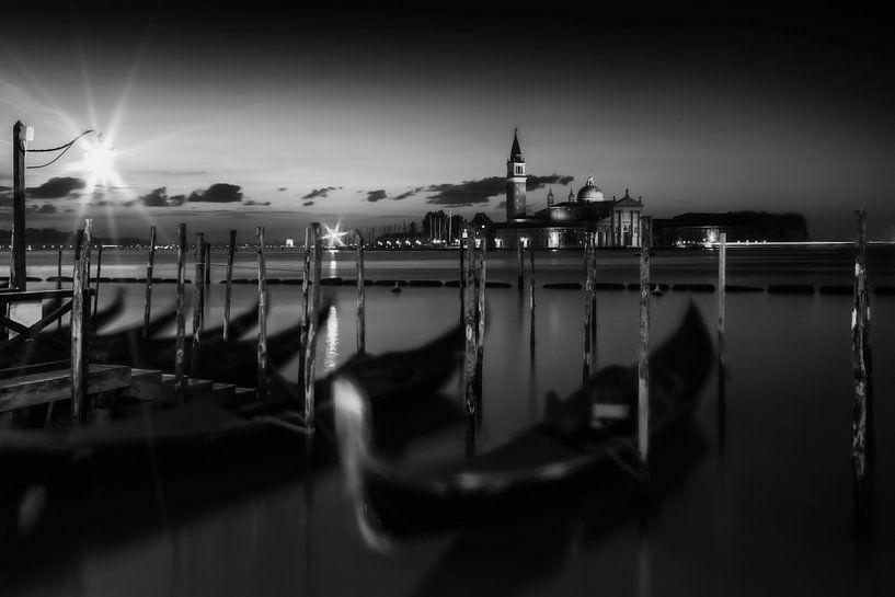 VENETIË San Giorgio Maggiore bij zonsopgang | zwart-wit van Melanie Viola